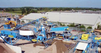 Việc sản xuất vật liệu thay thế cát tự nhiên sẽ hạn chế tình trạng khai thác cát lòng sông.