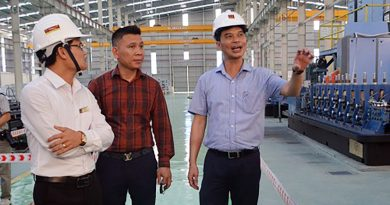 Đồng chí Dương Văn Tiến - Phó Chủ tịch UBND tỉnh kiểm tra tại Nhà máy Vật liệu xây dựng Hoa Sen