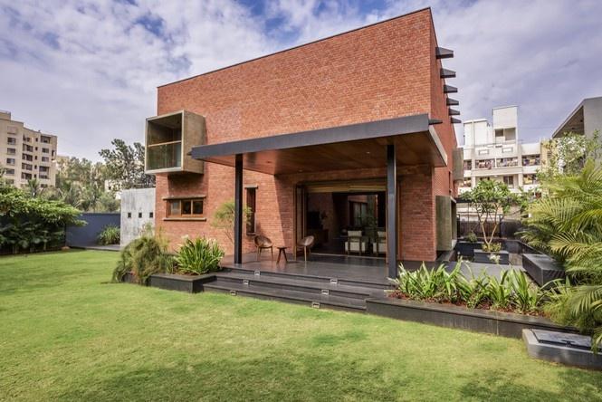 Căn nhà này được thiết kế hướng nội, những mảng gạch vững chắc tạo thành khối lớn khiến ngôi nhà nhìn giống một vùng lãnh thổ riêng.