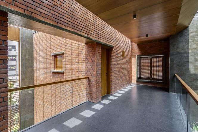 Ngôi nhà được thiết kế với khoảng thông thủy lớn tạo cảm giác luôn thoáng mát.
