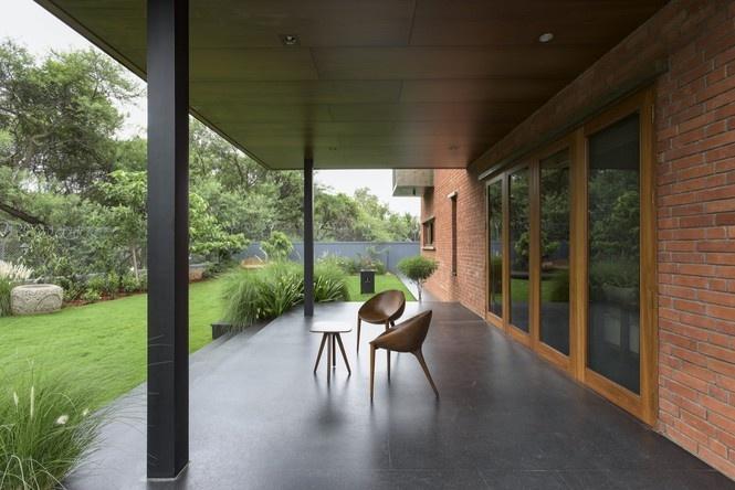 Xung quanh ngôi nhà tràn ngập cây xanh, giúp không khí luôn trong lành, mát mẻ.